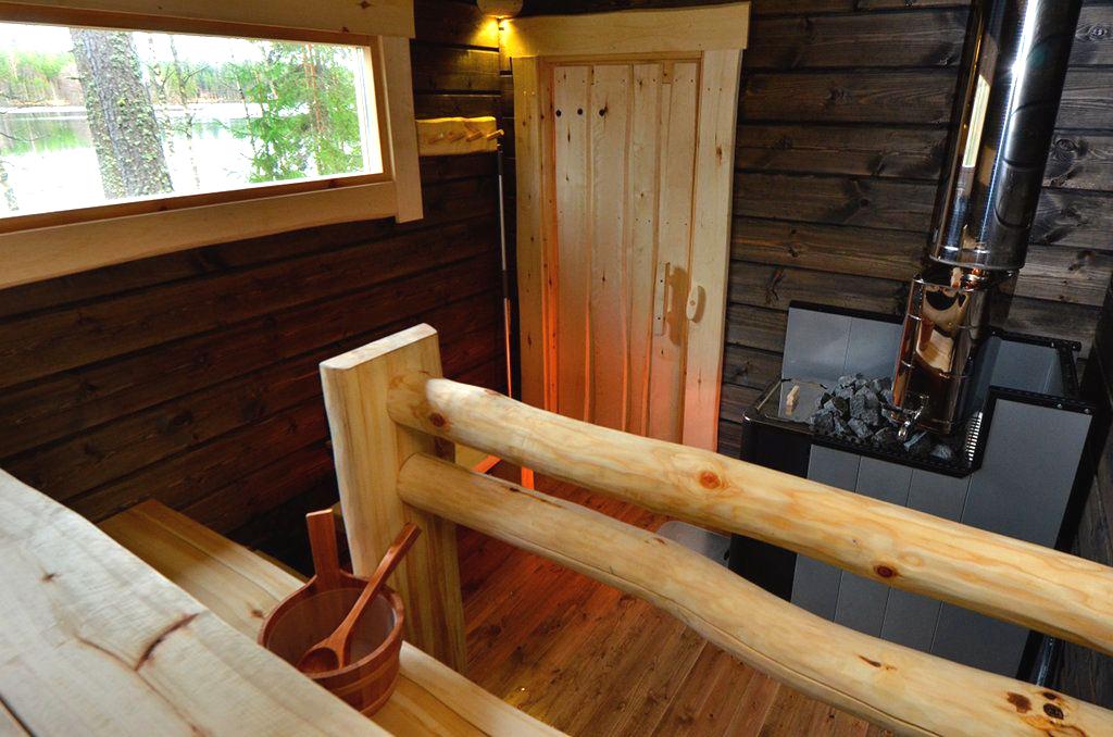 Уютная парилка с металлической печью и небольшим окном