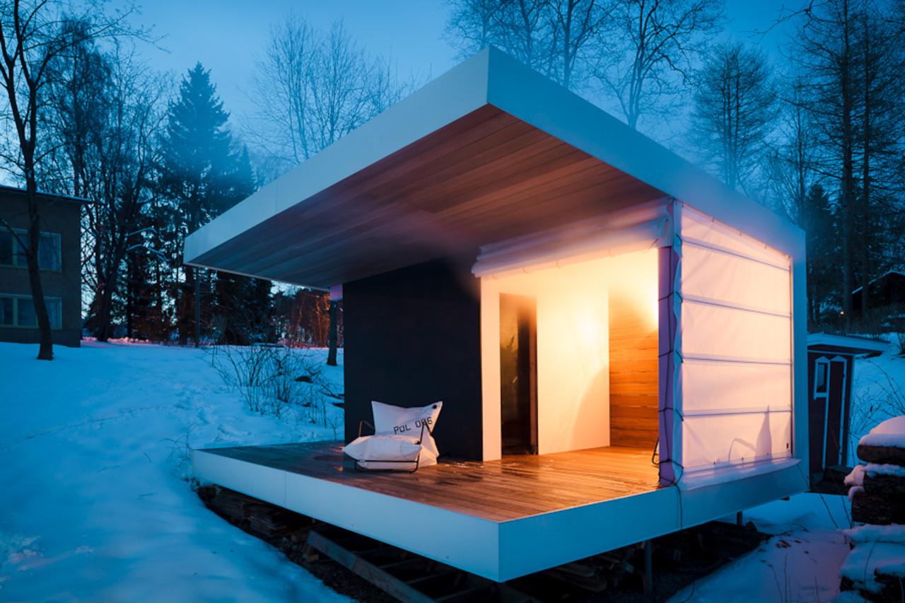 Стильная баня с террасой и крышей