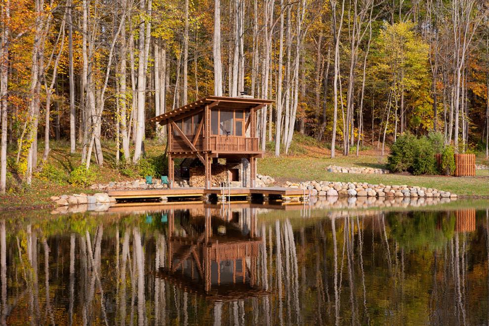 Небольшая баня из бруса на берегу озера