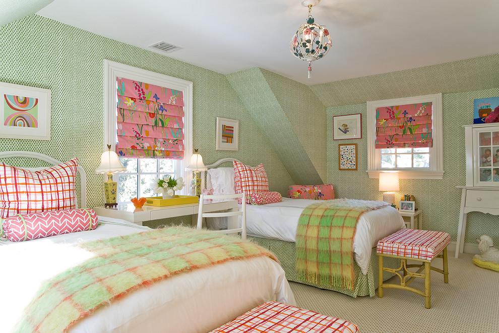 Розовые римские шторы в сочетании с мятным цветом стен детской создают идеальный контраст