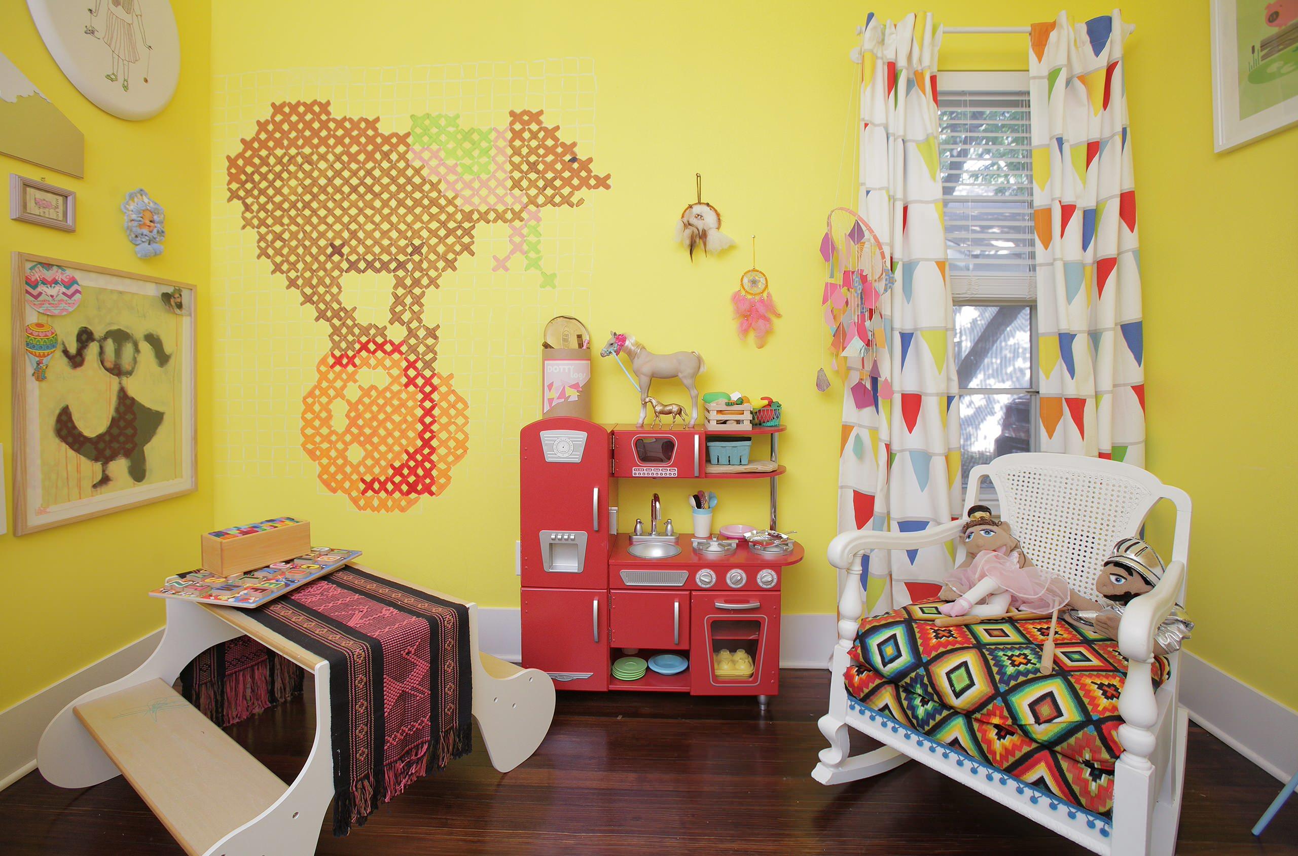 Яркая комната для девочки дошкольного возраста со шторой бренда IKEA