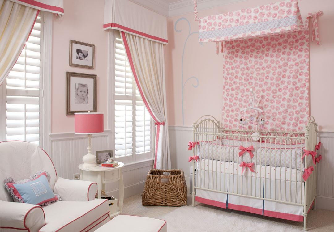 Форма штор из двух полотнищ для эстетического оформления детской. Жалюзи на окнах задают основной световой режим