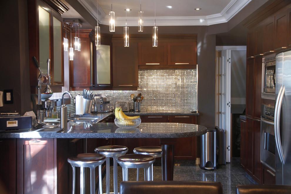 Многие дизайнеры часто используют зеркальную плитку для оформления кухонного фартука