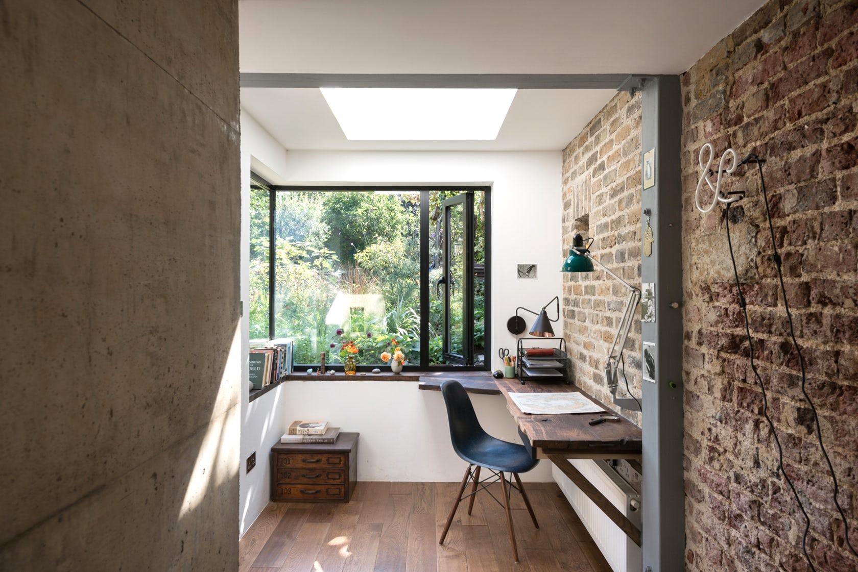 Мини-кабинет на балконе с широкими подоконниками вместо стола