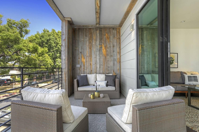 Просторный балкон, совмещенный с гостиной, послужит дополнительным местом отдыха