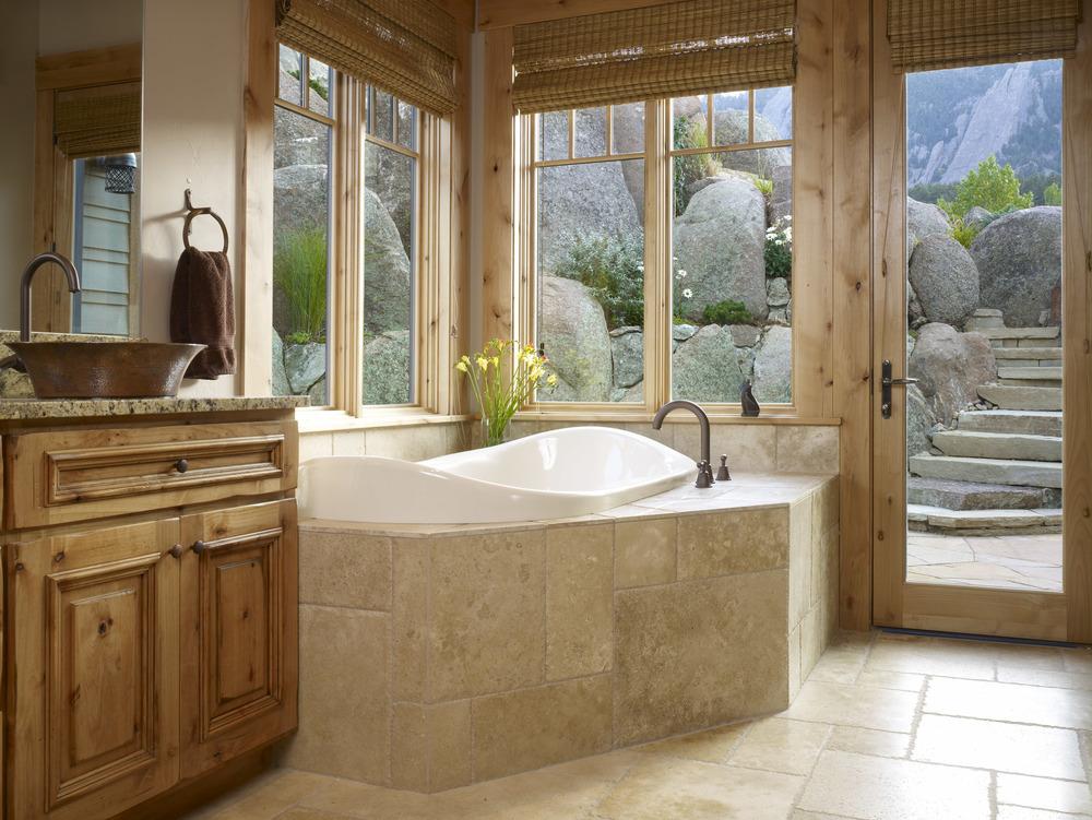 Уединение в ванной загородного домика в Восточном стиле с выходом во внутренний двор