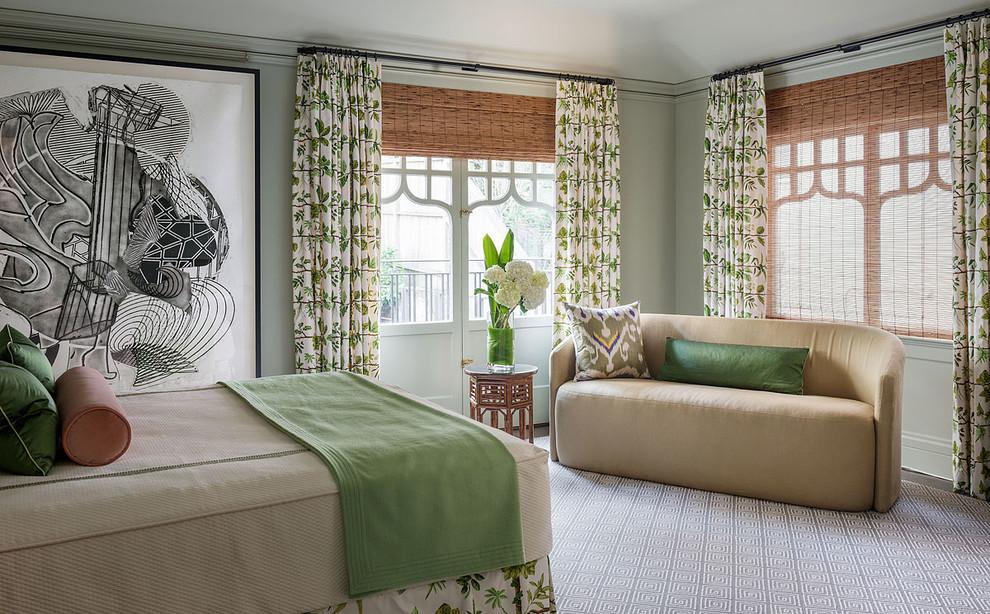 Гармоничный интерьер просторной спальни частного дома