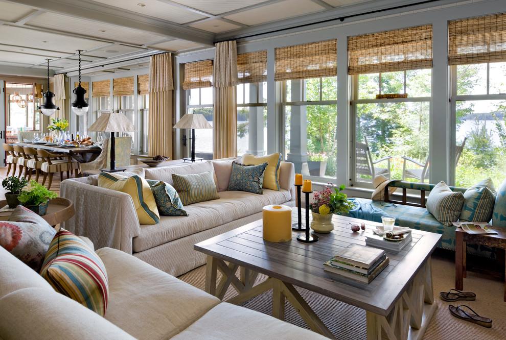 Бамбуковые шторы в интерьере гостиной, совмещенной со столовой