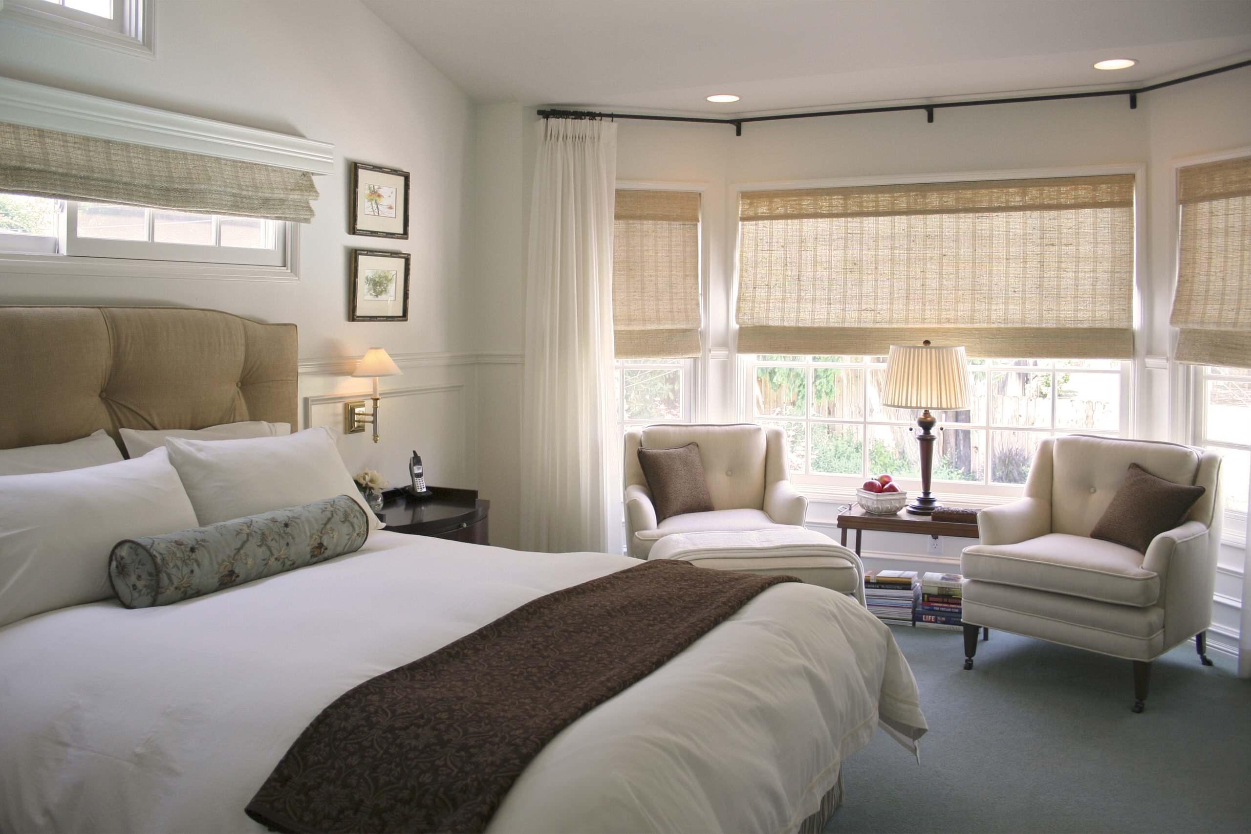 Спальня загородного дома, оформленная во французском стиле