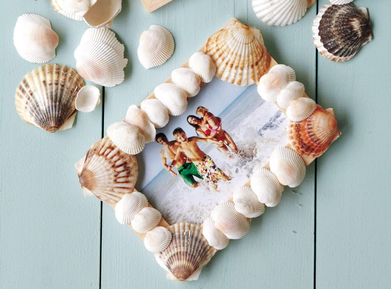 Фоторамка, украшенная морскими ракушками, смотрится очень интересно