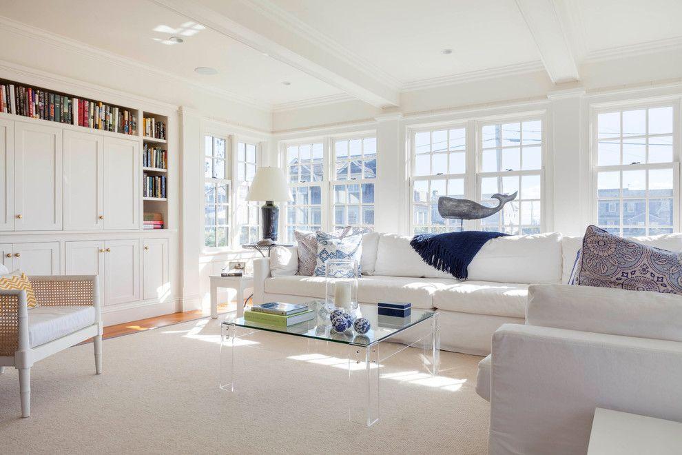В просторной гостиной кроме вместительных диванов гармонично будет смотреться и библиотека
