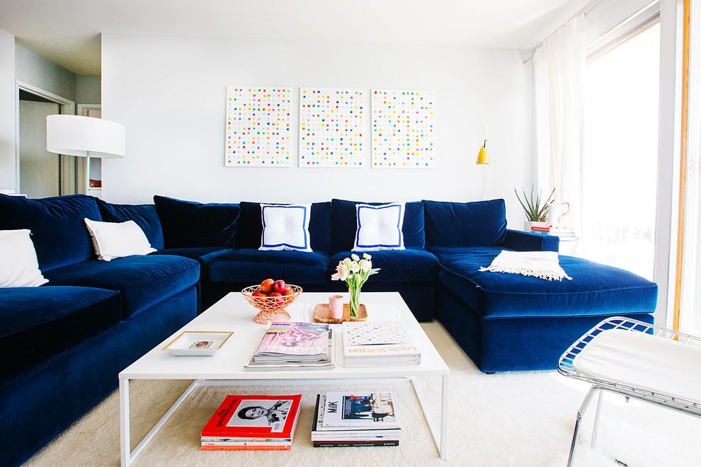 Темно-синяя мебель смотрится очень эффектно на белом фоне