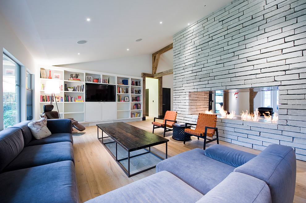 Гостиная в современном стиле с красивым камином