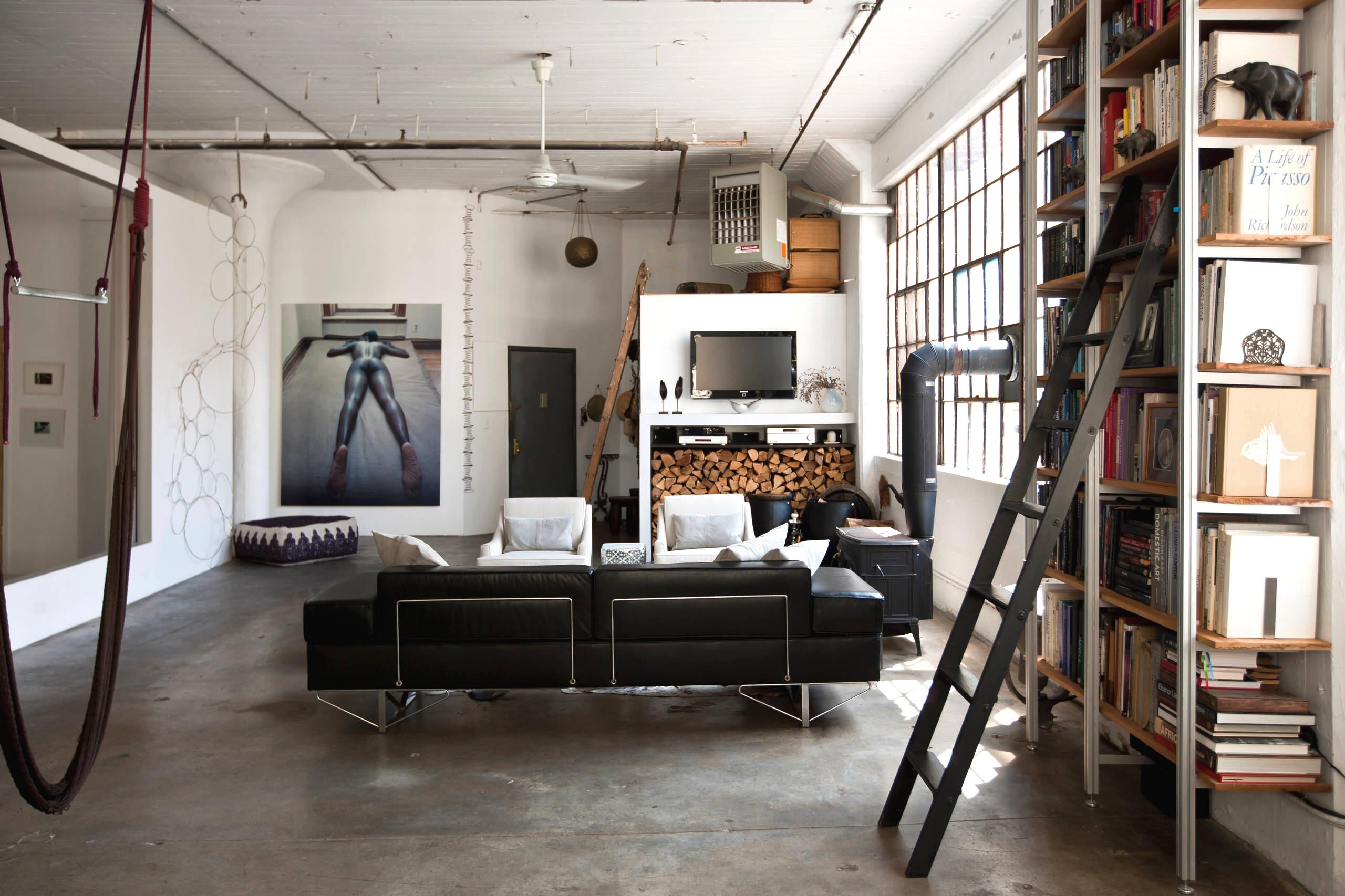 Стиль лофт в интерьере просторной гостиной