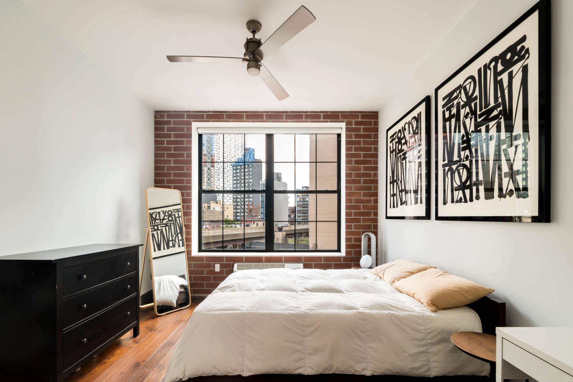 Монохромные картины в дизайне спальни