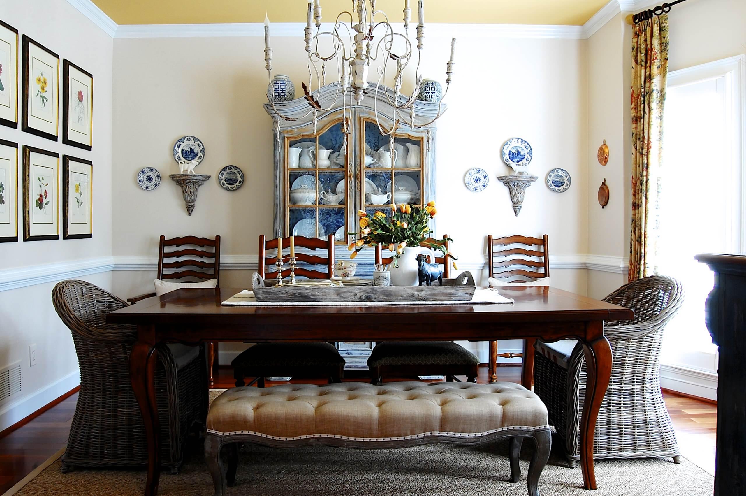 Гармоничное сочетание различных предметов декора в интерьере столовой