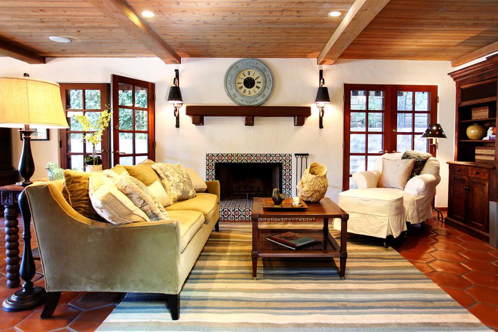 Деревянные балки на потолке, большие окна, ковер с восточными элементами в интерьере гостиной