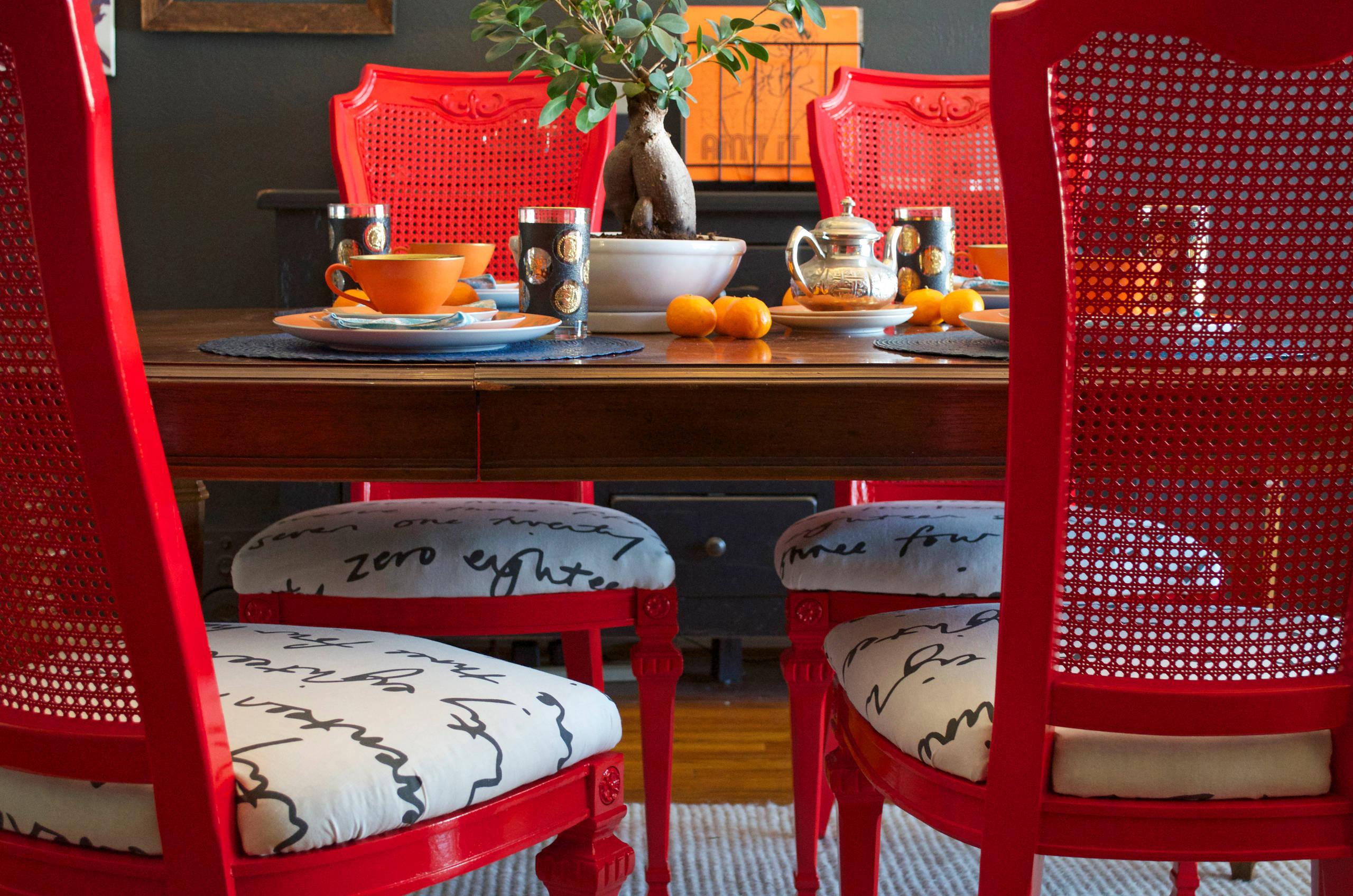 Тканый натуральный материал с принтом - яркий вариант для обивки стульев в столовой