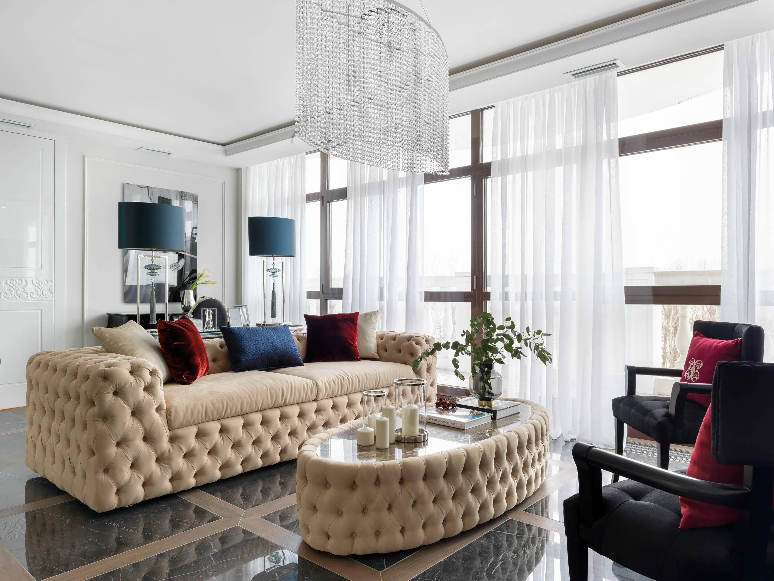 Роскошная мягкая мебель в частной квартире