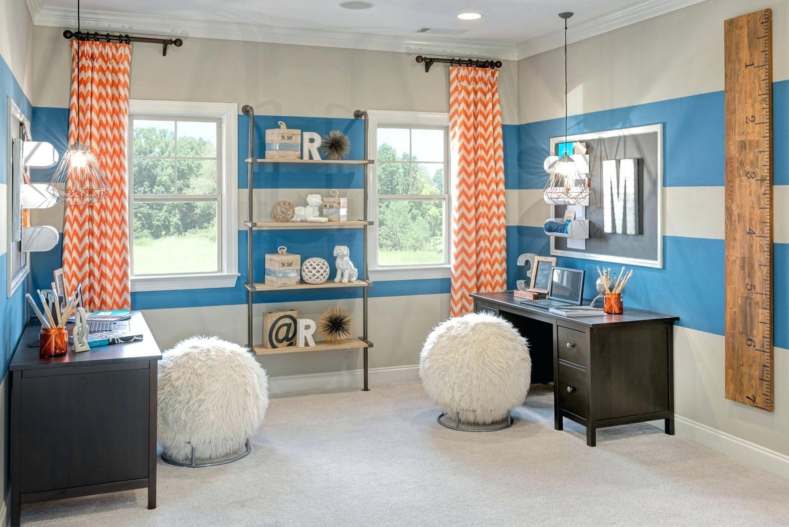 Параллельное расположение мебели в комнате для двоих