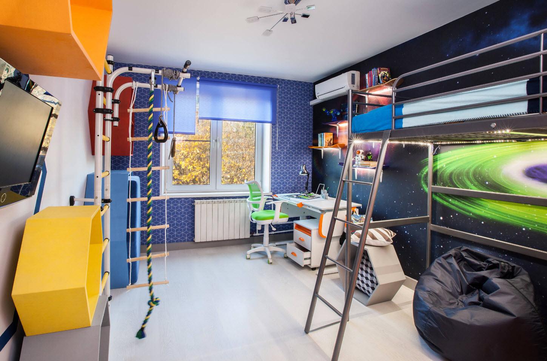 Красивое сочетание разных ярких оттенков в комнате мальчика
