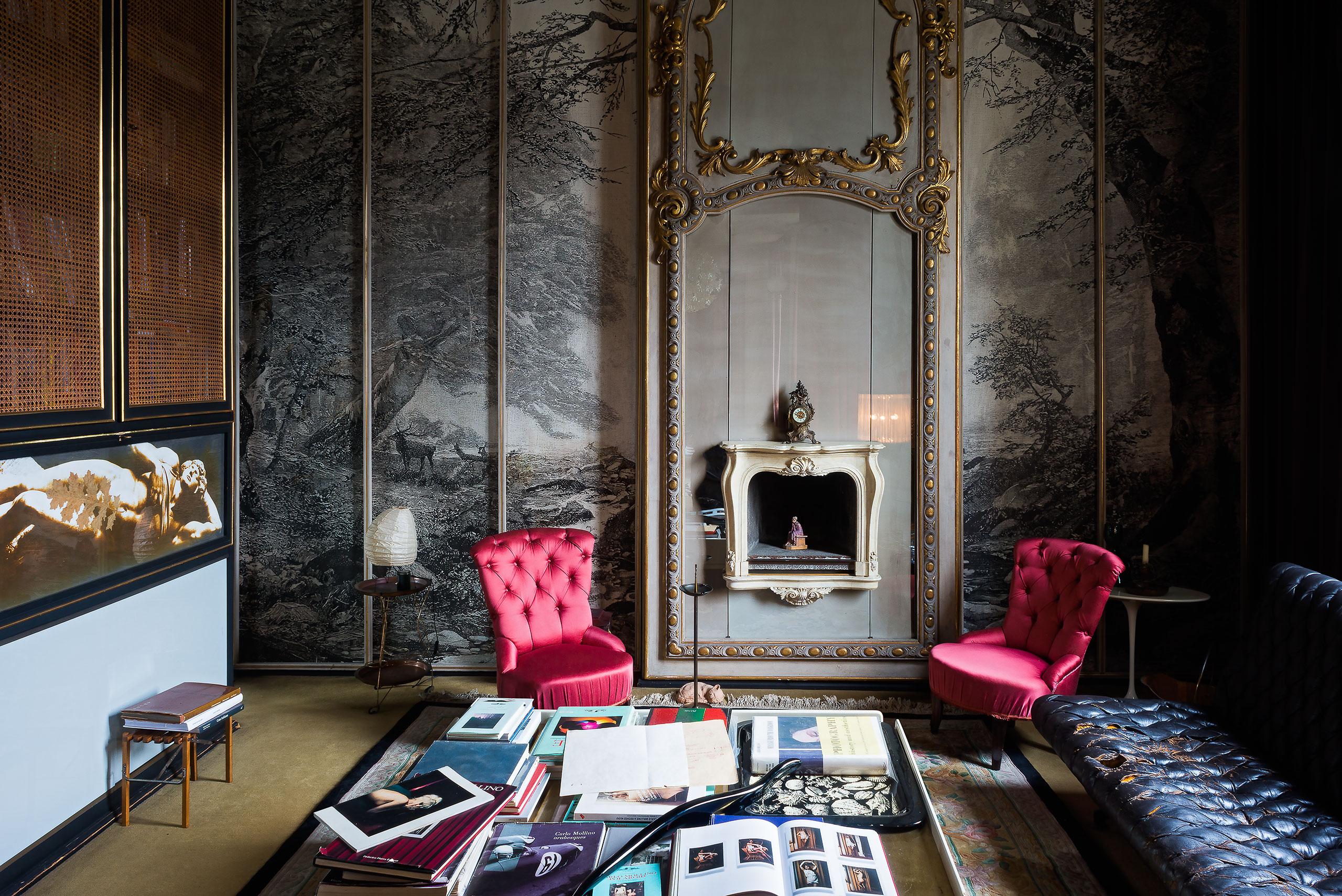 Стены в гостиной, украшенные лепниной и фресками