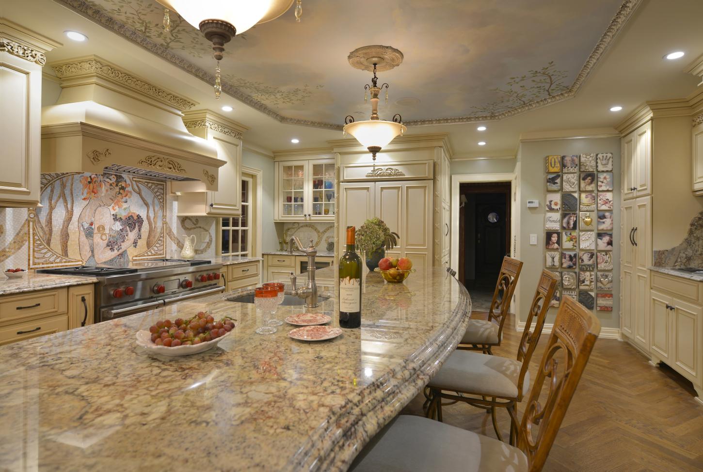 Роскошная кухня в стиле модерн с масштабным мозаичным панно