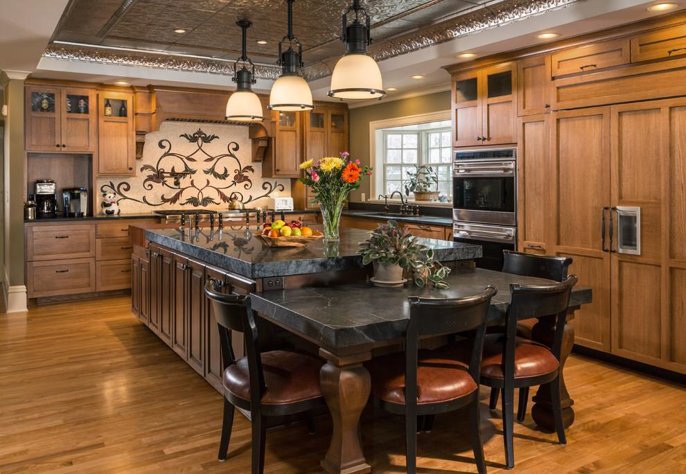 Просторная темная кухня, оформленная в классическом стиле