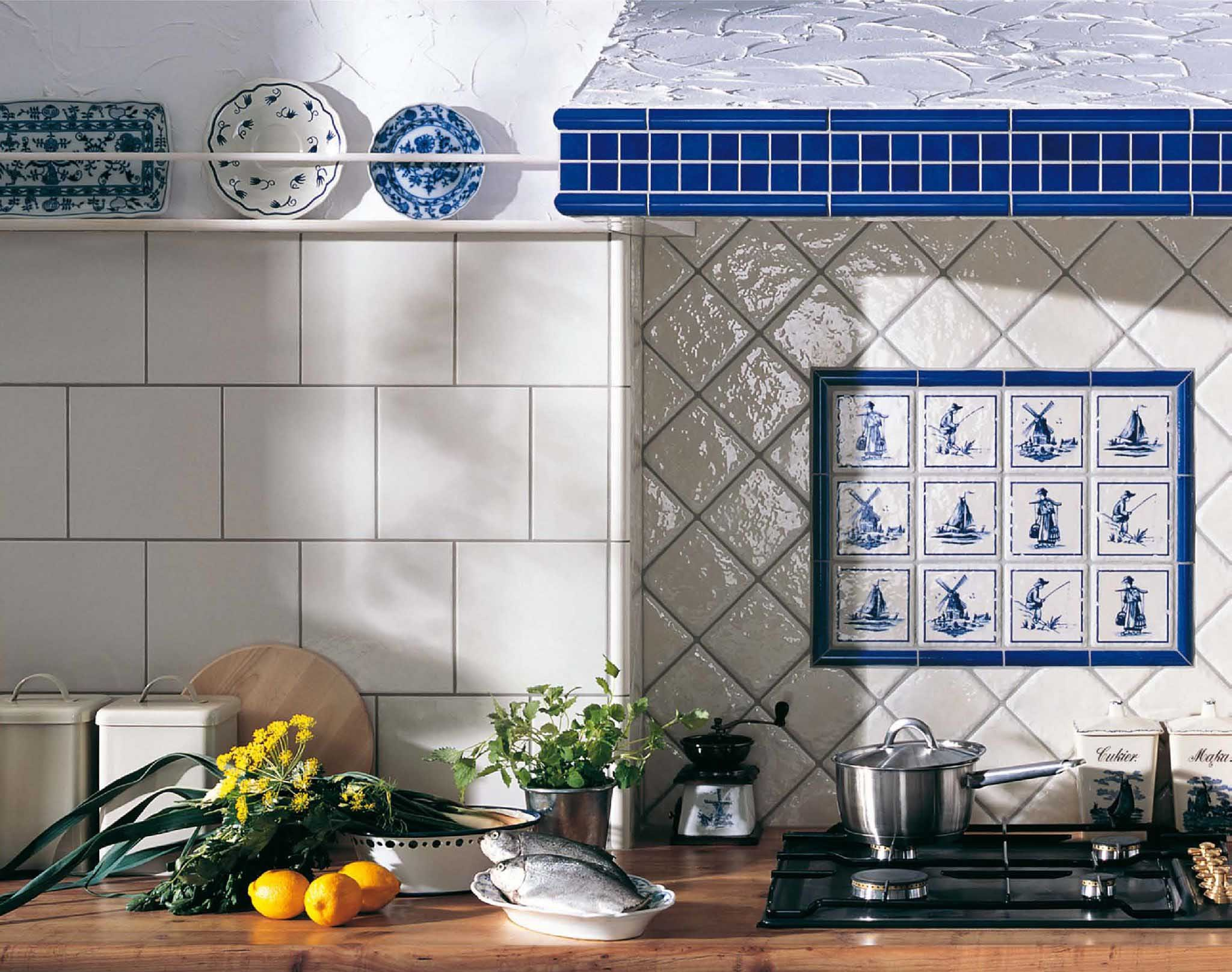 Плитка с рисунком для любителей голландского фарфора. Обратите внимание на комбинацию размеров и способов укладки глянцевой и крупной матовой плитки