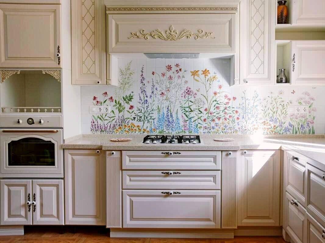 Цветочный рисунок на белой плитке