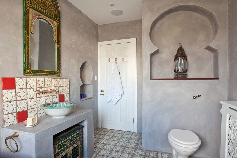 Красивая марокканская плитка над умывальником и на полу в просторной ванной