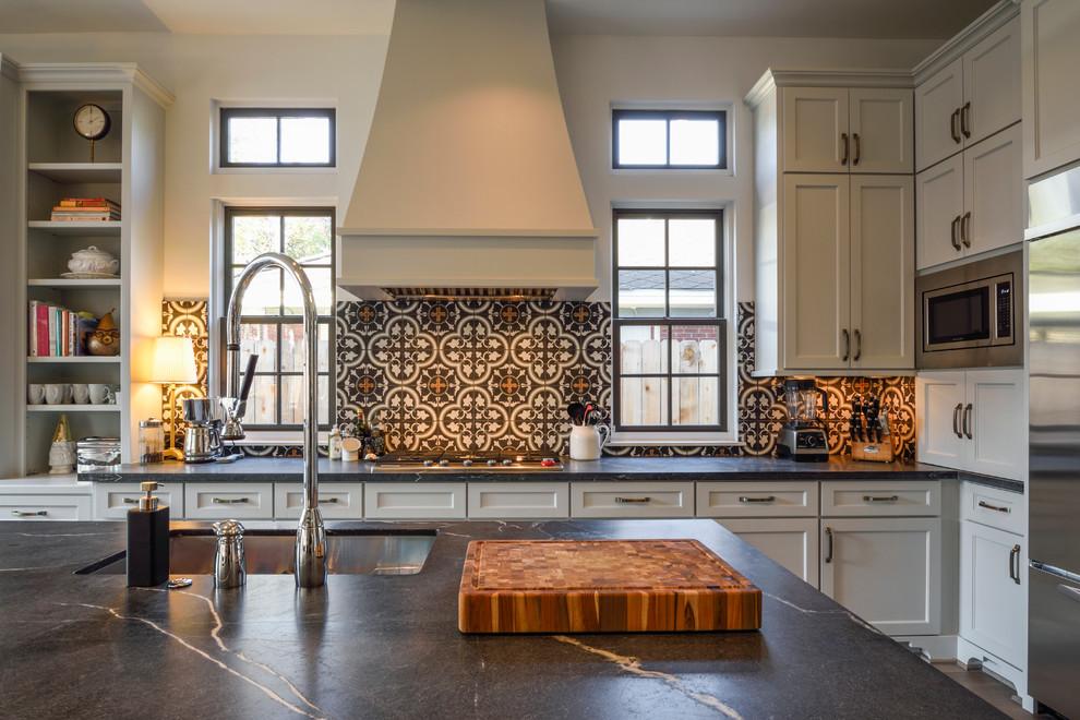 Отделка кухонного фартука яркой керамической плиткой
