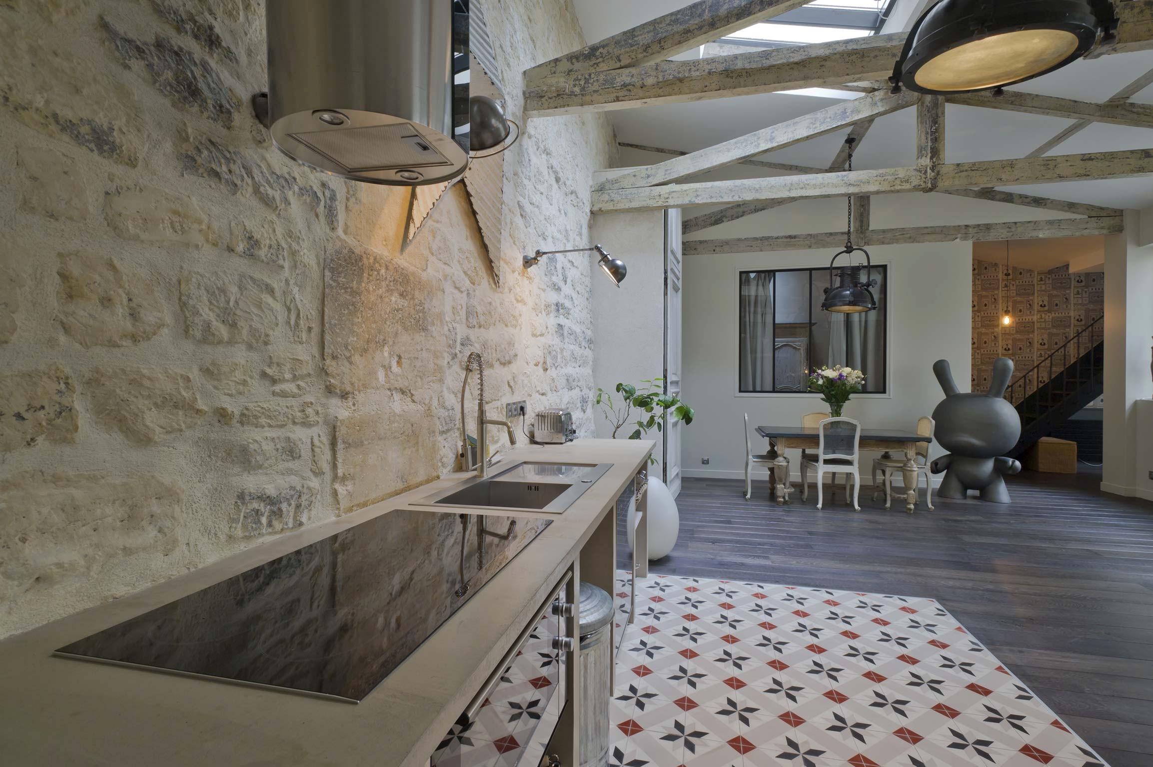 Кухня-студия в средиземноморском стиле с марокканской плиткой на полу
