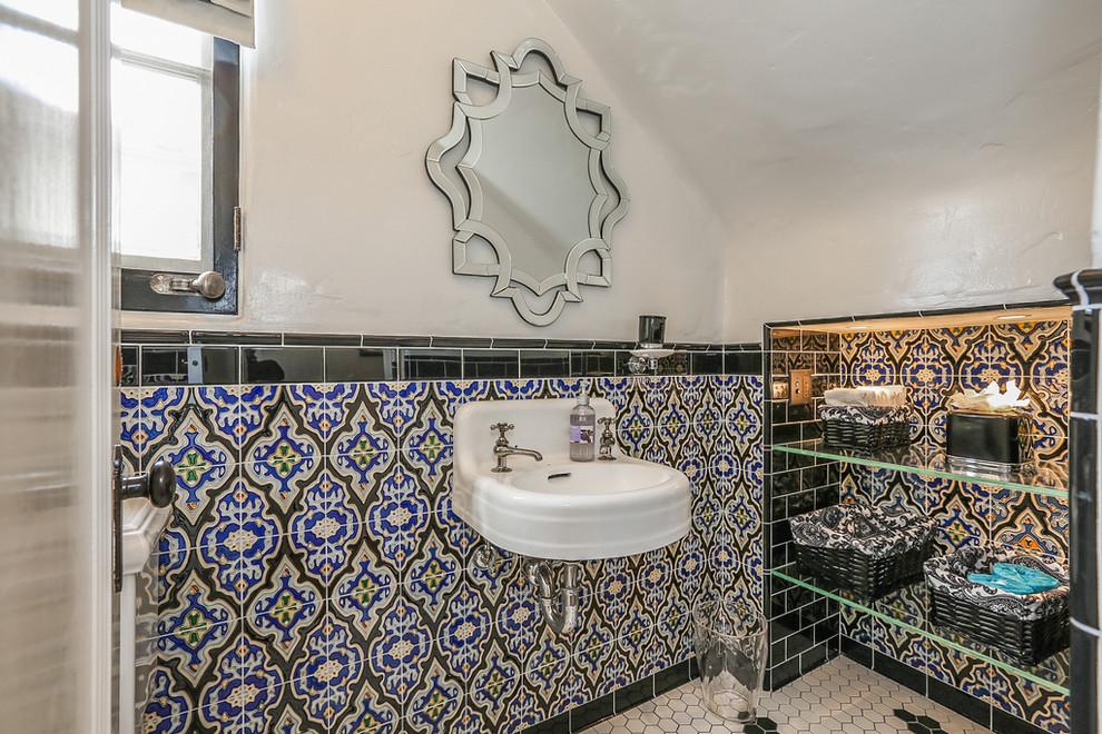 Ванная комната в стиле фьюжн с интересной керамической плиткой на стене