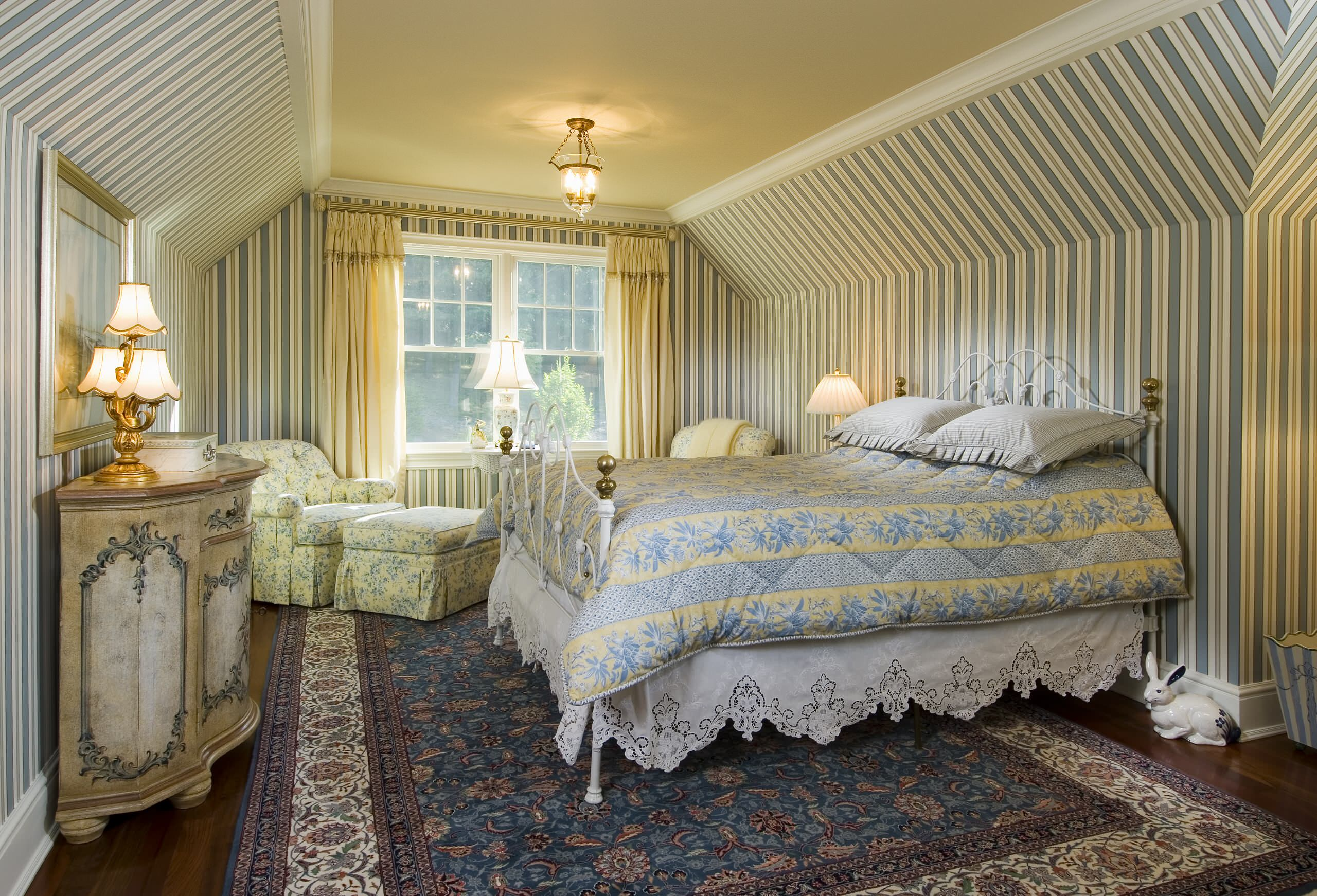 Люди, ценящие стиль и идеальные архитектурные формы всегда выберут для своей спальни обои и интерьер в классическом стиле