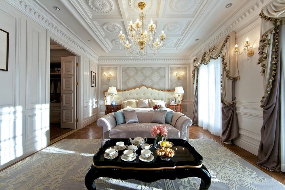 Классическая спальня с необычайно высокими потолками, украшенными лепным декором, свисающими дорогими портьерами и стильной итальянской мебелью, словно музей во дворце – завораживает и вызывает восторг