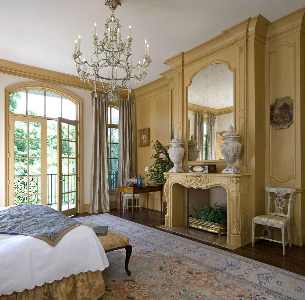 Объединение в единое целое лепнины, великолепной люстры, буазери, эксклюзивной мебели и других предметов роскоши, дают интерьеру королевское обличье