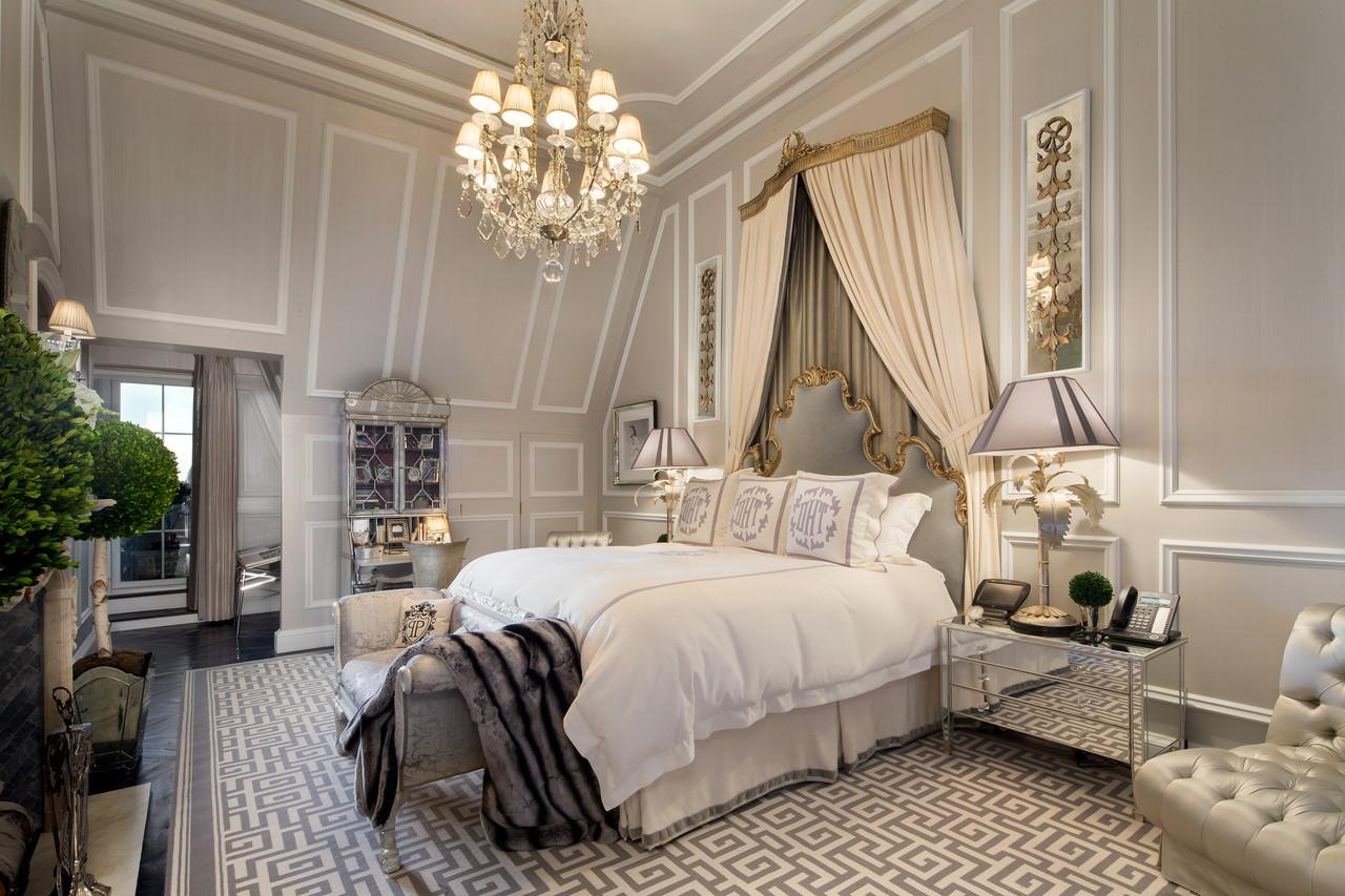 Изящества спальне придаёт легкий классический декор и необходимые предметы мебели, кровать и комод