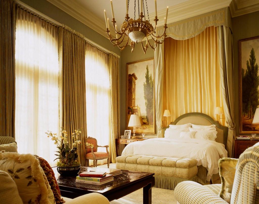 Классический интерьер спальни стремится повторить совершенство и уют императорских дворцов и королевских покоев