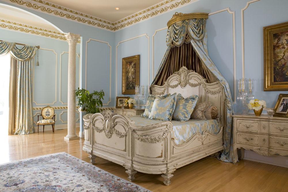 Большая, роскошная кровать с декоративным изголовьем, использование ценных ковров и качественных тканей, декоративная отделка стен, все эти элементы спальни скомпонованы в единую композицию