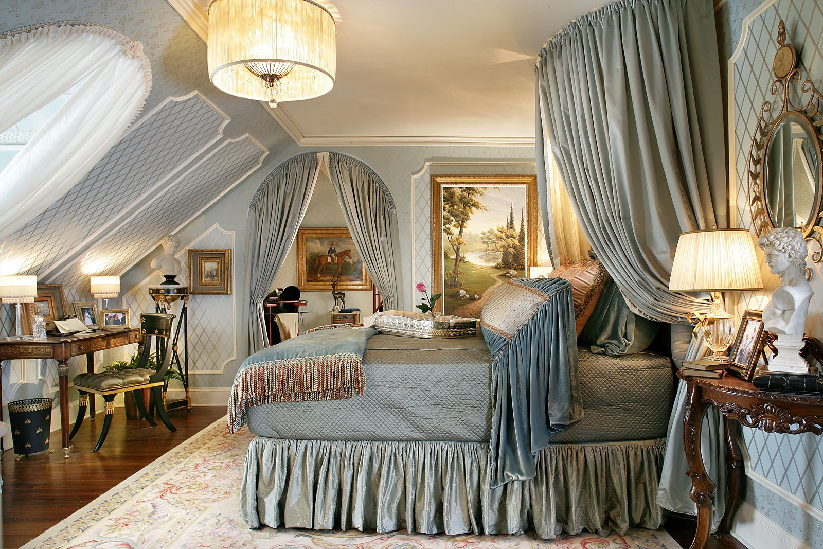 Элегантные гардины, витые формы, ажурные столики и стулья на гнутых ножках, картины в багетных рамках, антикварные украшения и элементы - это все формирует образ роскоши, и в какой-то мере, королевских апартаментов во всей красе
