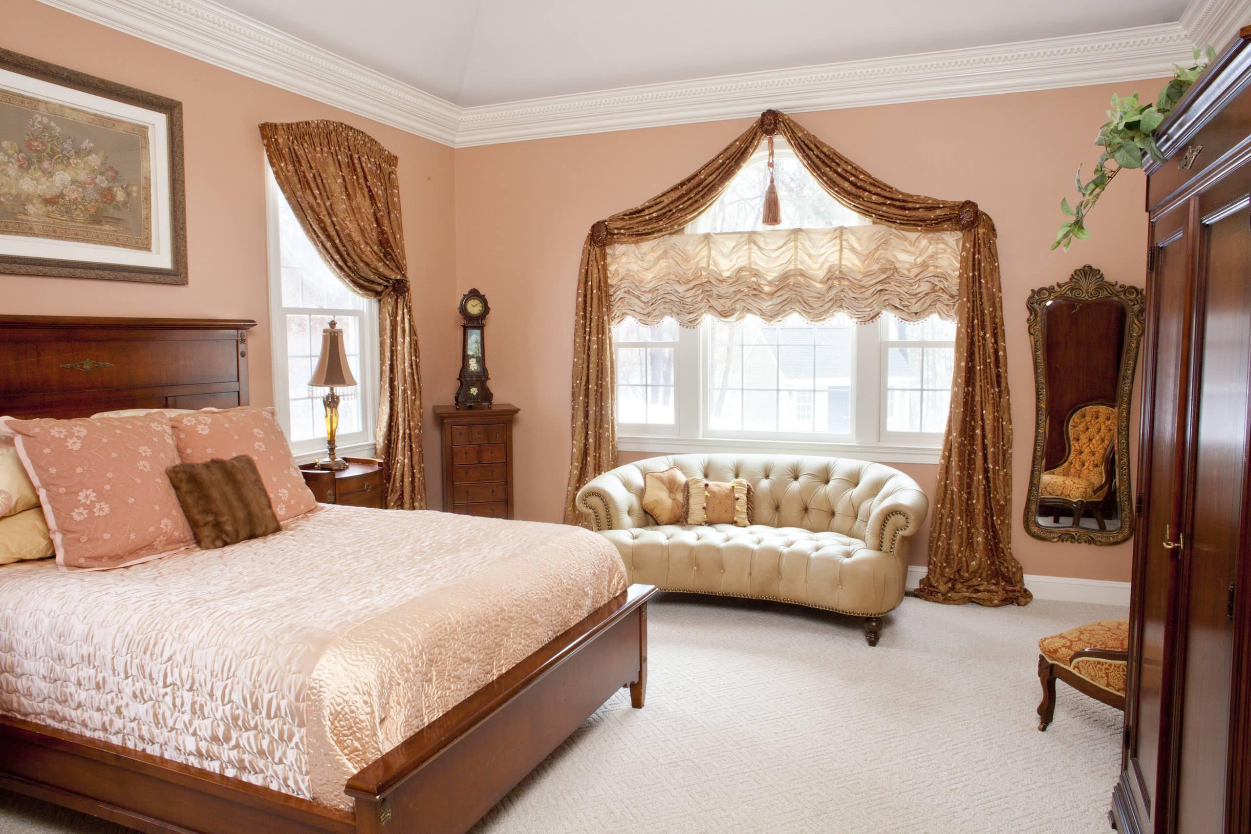 Уютная спальная комната, оформленная в теплых тонах