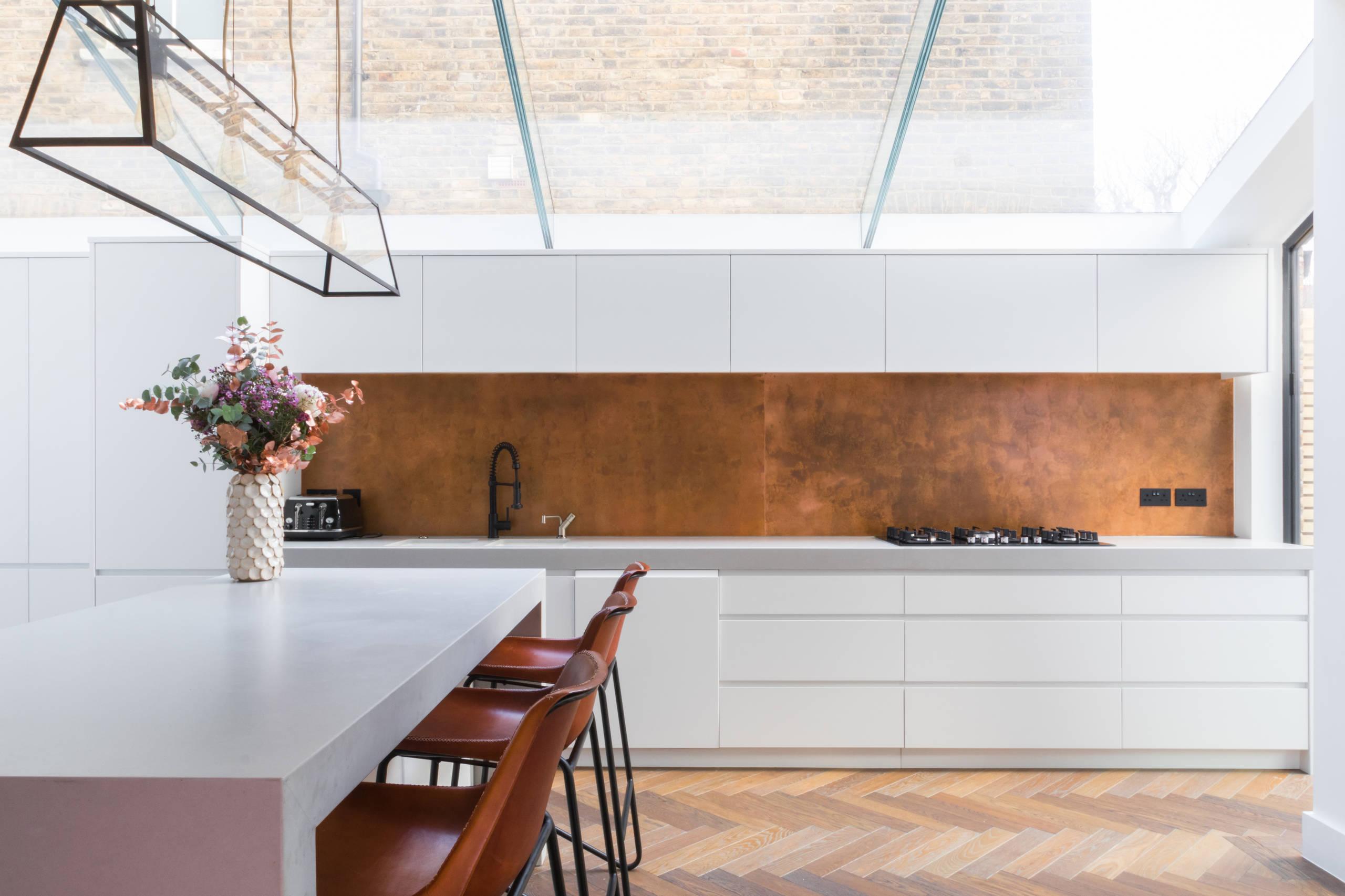 Темный коричневый цвет поможет создать более домашнюю, классическую атмосферу