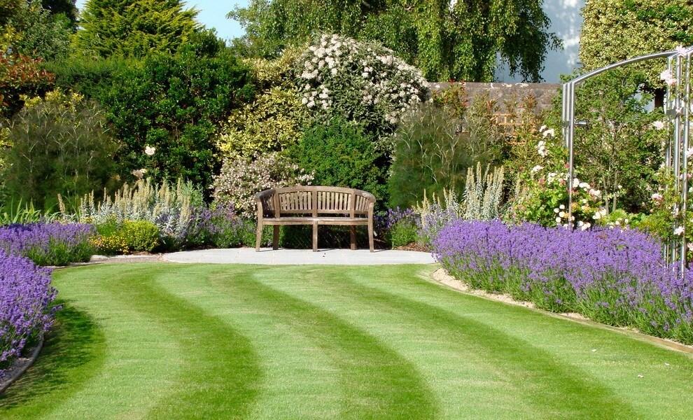 Перед тем, как приступать к проектированию дизайна вашего сада, следует пройтись по участку, полностью изучить его, мысленно проложить дорожки, пройдитесь по ним и определить те места, где чувствуется наиболее комфортно, где хотелось бы остановиться и присесть