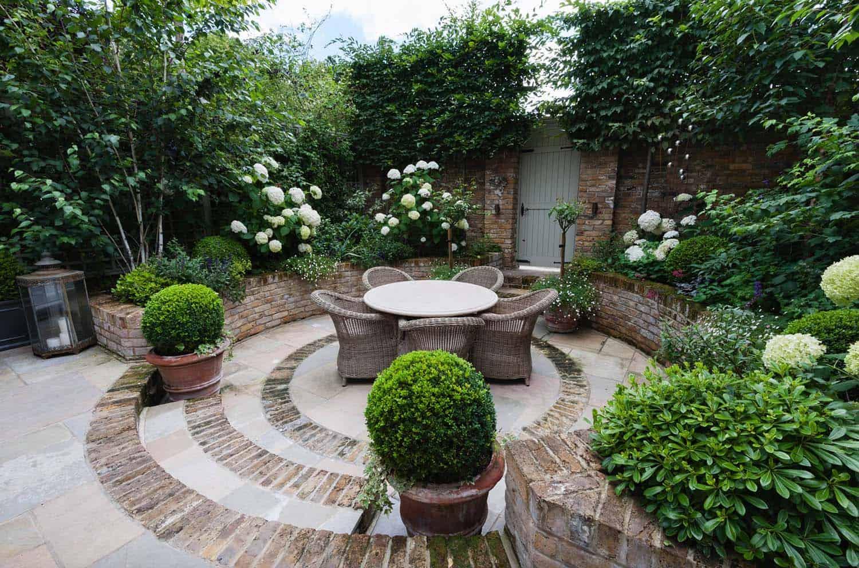Плетенная мебель и натуральный камень добавят в интерьер сада эко частичку