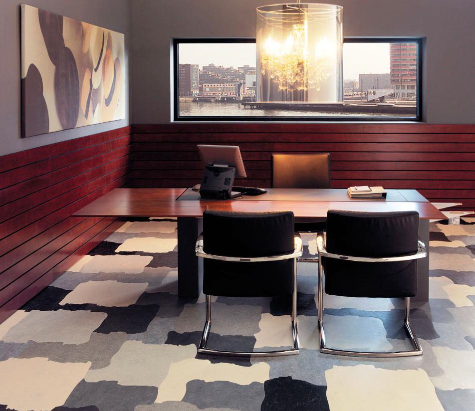 Полукоммерческий линолеум в офисе с рисунком, имитирующим плитку