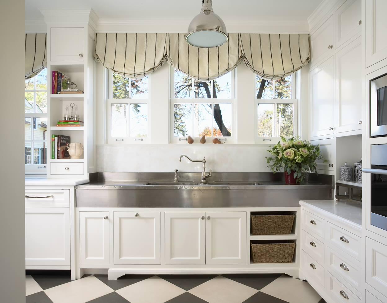 Кухня в белом цвете смотрится очень просторной