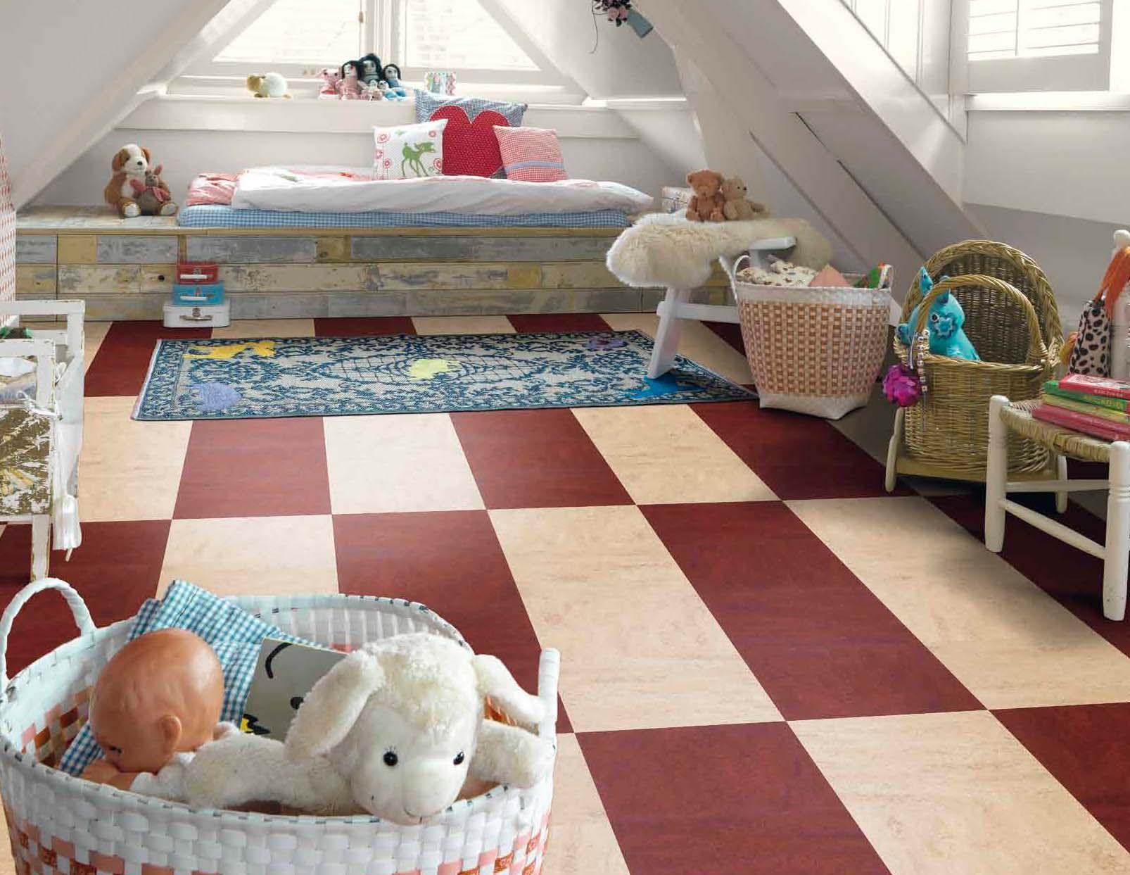 Французский линолеум яркого окраса в детской комнате