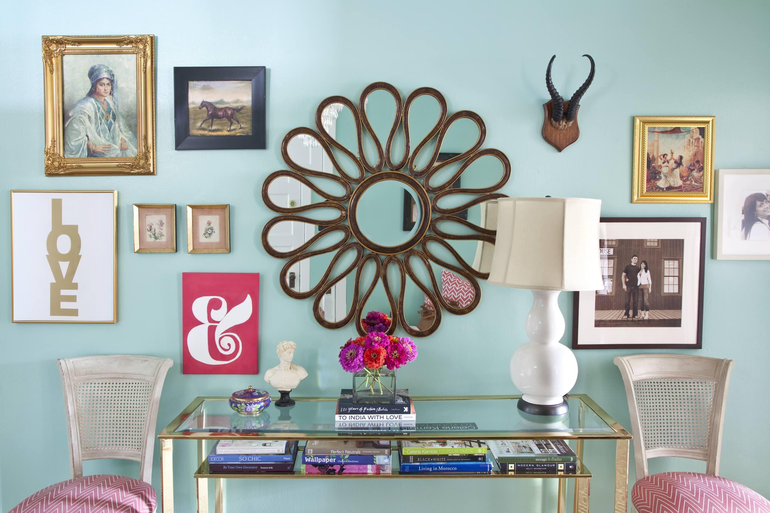 Яркий декор стены и удобный пристенный столик - лучшие украшения для гостеприимного дома