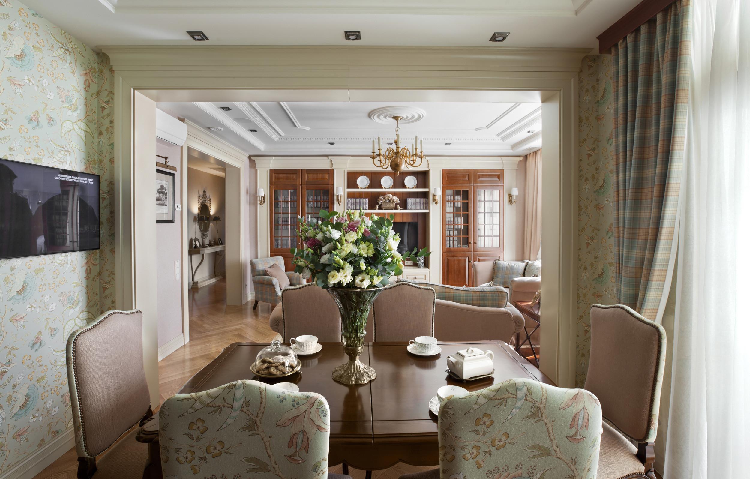 Обои с растительным узором для столовой в английском стиле. Деревянная мебель мягкого бежевого цвета и другие деревянные элементы – традиционный выбор